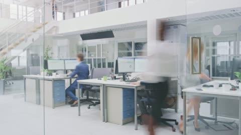vidéos et rushes de time-lapse dans le bureau de l'espace ouvert moderne les hommes d'affaires et les femmes d'affaires travaillant, marchant dans le couloir, utilisant des ordinateurs de tablette, ayant des discussions, trouvant des solutions et travaillant sur des ord - bureau ameublement