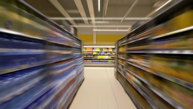 4k-timelapse i snabbköpet. mat hyllor - dagligvaruhandel, hylla, bakgrund, blurred bildbanksvideor och videomaterial från bakom kulisserna