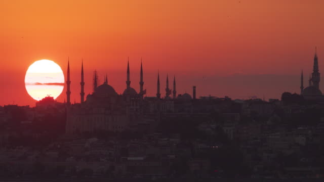 vídeos de stock e filmes b-roll de timelapse : istanbul sunset behind the silhouette of blue mosque - istambul