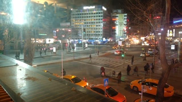 time-lapse kizilay torget och skyskrapa, ankara huvudstad i turkiet , ankara. ataturk gata med massor av promenader människor korsar vägen - anatolien bildbanksvideor och videomaterial från bakom kulisserna