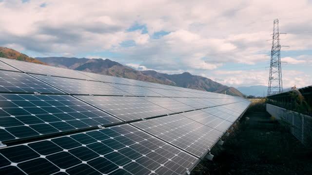 vídeos de stock e filmes b-roll de 4k time-lapse  large industrial solar energy farm producing concentrated solar power.concept for ecology - equipamento solar