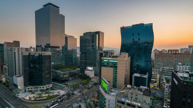 vídeos y material grabado en eventos de stock de la luz timelapse recorre las velocidades de tráfico a través de una intersección en el distrito de negocios del centro de gangnam - n seoul tower