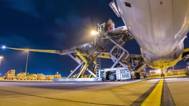 zeitraffer: laden von frachtflugzeugen - effektivität stock-videos und b-roll-filmmaterial