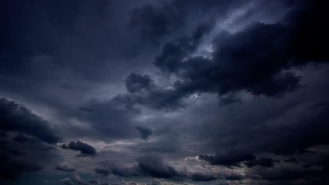 저속 촬영 루프 클라우드 및 stormy 숙박 - 불길한 스톡 비디오 및 b-롤 화면