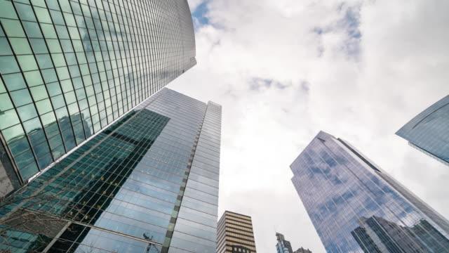 zeitraffer: low angle aufnahme von chicago cityscape office skyscraper hintergrund - aufnahme von unten stock-videos und b-roll-filmmaterial