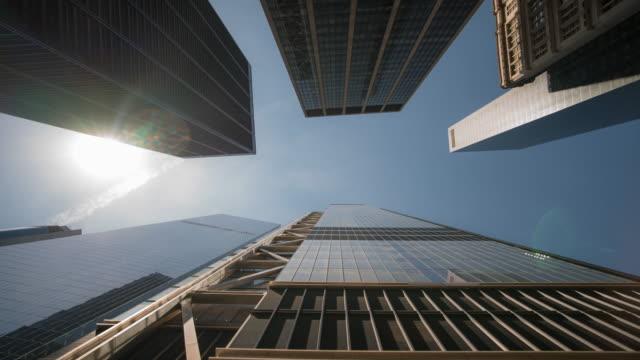 zaman atlamalı: aşağı manhattan new york'ta gökdelen düşük açı çekim - panoramik stok videoları ve detay görüntü çekimi