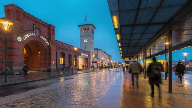 vidéos et rushes de time-lapse gare de malmö du centre-ville au crépuscule, nuit en suède - suede
