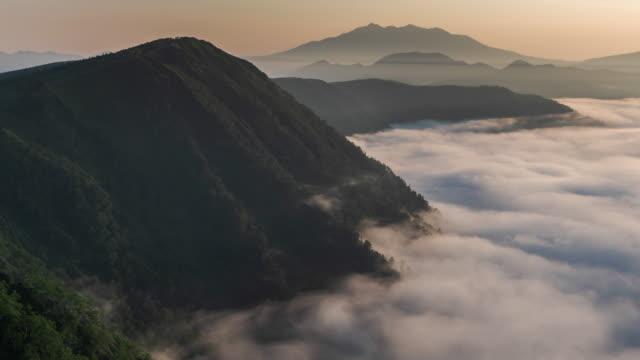 タイムラプス: 霧の摩周湖阿寒国立公園の北海道、日本の上を流れる - 各国の観光地点の映像素材/bロール