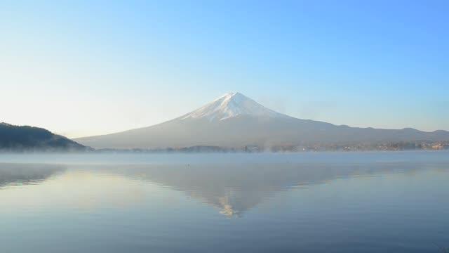 タイムラプス富士山になった水朝の 河口湖 湖で日本 - 富士山点の映像素材/bロール