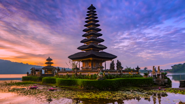 4k timelapse movie sunrise scene of pura ulun danu bratan temple, bali, indonesia - tempio video stock e b–roll