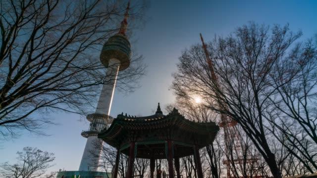 vídeos y material grabado en eventos de stock de timelapse n seoul tower en la montaña namsan en la ciudad de seúl, corea del sur. - n seoul tower