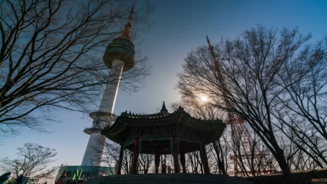 vídeos y material grabado en eventos de stock de timelapse n seoul tower en la montaña namsan - n seoul tower