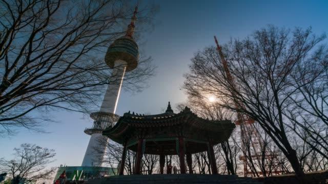 vídeos y material grabado en eventos de stock de el timelapse n seoul tower at namsan mountain - n seoul tower