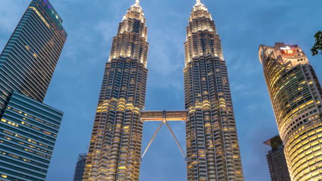 timelapse natten faller på petronas twin towers i kuala lumpur, malaysia. augusti 2017 - petronas twin towers bildbanksvideor och videomaterial från bakom kulisserna