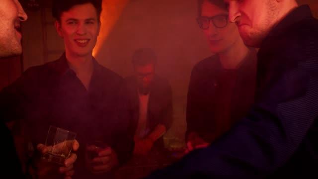 Timelapse de un soltero en un club nocturno - vídeo