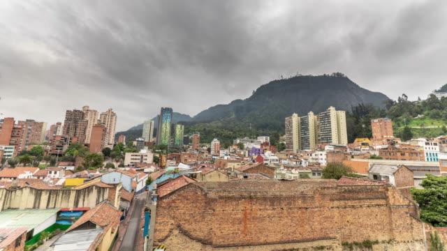 bulutlu bir günde bir kolombiyalı kasaba timelapse - güney amerika stok videoları ve detay görüntü çekimi
