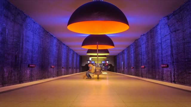 timelapse av en färgglad tunnelbane station i münchen - munich train station bildbanksvideor och videomaterial från bakom kulisserna
