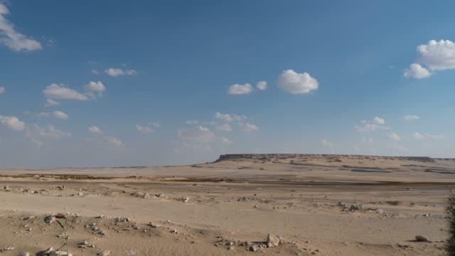 vídeos de stock e filmes b-roll de timelapse of a desert vista on a sunny day with clouds near cairo - linha do horizonte sobre terra