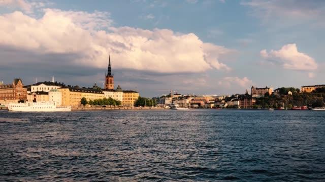 timelapse av en färja som passerar framför gamla stan-stockholm-riddarholmskyrkan i bakgrunden - ferry lake sweden bildbanksvideor och videomaterial från bakom kulisserna