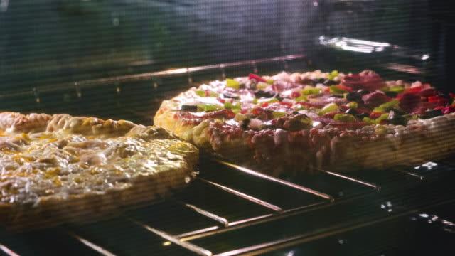 timelapse of a frozen pizza in the oven - замороженные продукты стоковые видео и кадры b-roll