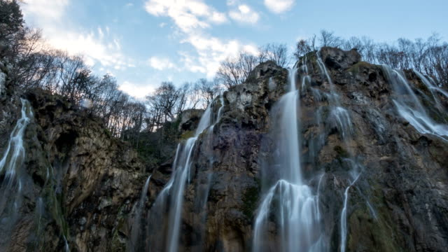 timelapse of a waterfall in plitvice park - национальный парк плитвицкие озёра стоковые видео и кадры b-roll