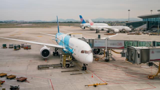 vídeos de stock e filmes b-roll de timelapse of airplane depart at gate - alfalto
