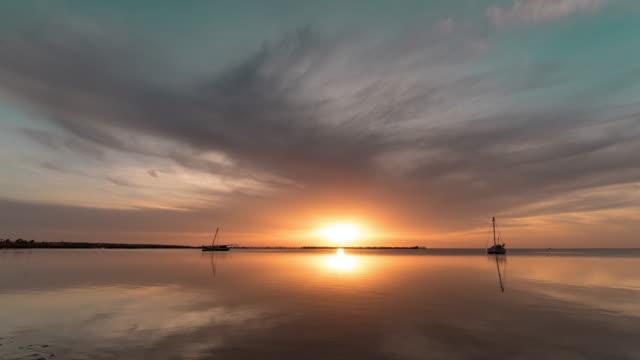 すばらしい夕日のタイムラプスあちこち kerkennah 島、チュニジア - 漁師 外人点の映像素材/bロール