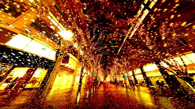vídeos y material grabado en eventos de stock de timelapse de aplicación de los trabajadores a través de iluminación de edificios de oficinas en la noche. - señalización vial