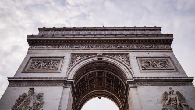 stockvideo's en b-roll-footage met timelapse van de boog van triomf, parijs - boog architectonisch element