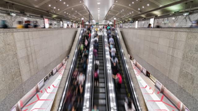 4k zeitraffer von asiaten zu fuß und mit rolltreppe an mrt u-bahn-station in singapur. öffentlicher nahverkehr, asiatischer stadtalltag oder urbanes lifestyle-konzept. zoom out - rolltreppe stock-videos und b-roll-filmmaterial