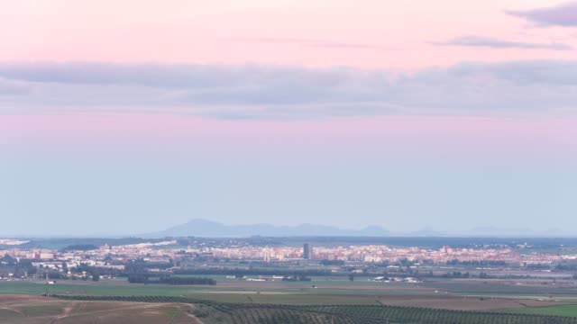 vídeos de stock e filmes b-roll de timelapse of badajoz seen from elvas at sunset - portalegre