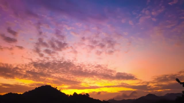 timelapse of beautiful sunrise over mountains - podświetlony filmów i materiałów b-roll