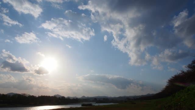 日本 4 k 解像度映像の青い空と雲の時間経過 - 光沢点の映像素材/bロール