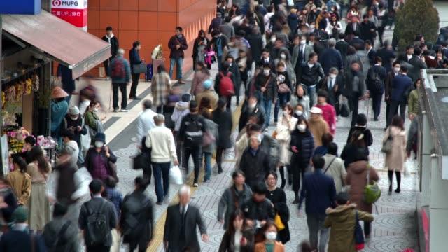 vídeos de stock, filmes e b-roll de timelapse da rua ocupada de tokyo, japão, mostrando o tráfego ocupado e pedestres moventes - calçada