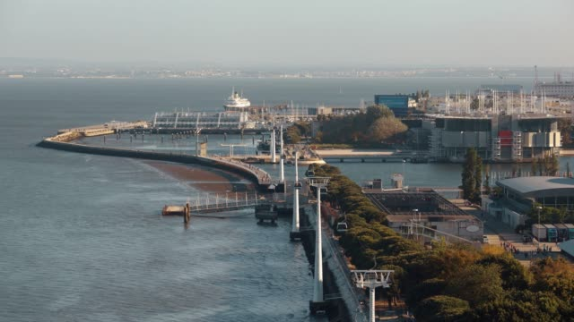 vídeos de stock e filmes b-roll de timelapse of cable car traffic over lisbon waterfront, portugal - eletrico lisboa