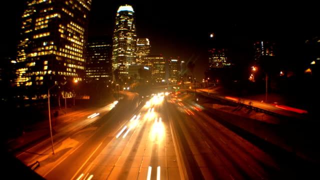 time lapse di automobili in una città scuro - colore saturo video stock e b–roll