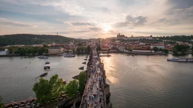 vidéos et rushes de pont de timelapse de charles au coucher du soleil, prague - prague