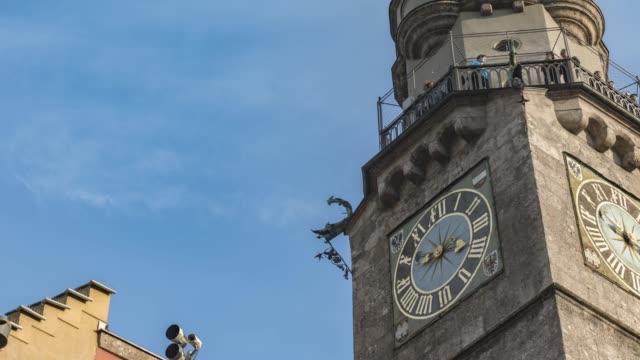 클라우드 스카이와 올드 타운 인스브루크 오스트리아에서 유명한 시계 타워의 저속 촬영 - 티롤 주 스톡 비디오 및 b-롤 화면