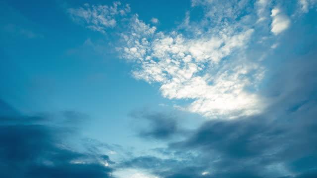 timelapse der wolken und blauer himmel - zirrus stock-videos und b-roll-filmmaterial