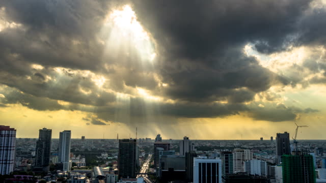 stockvideo's en b-roll-footage met timelapse of clouds and dramatic sky in city. - regen zon