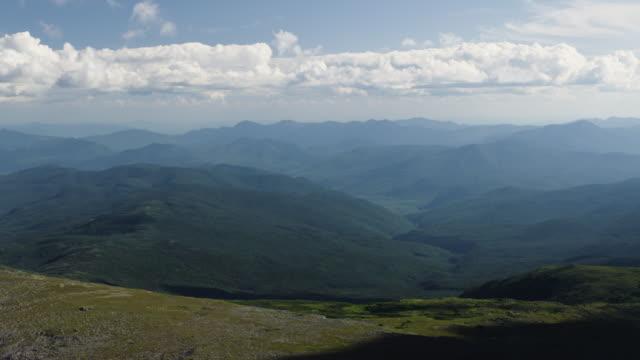 time-lapse di nuvole e ombre sulle montagne - monti appalachi video stock e b–roll
