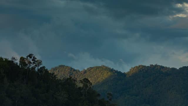 vídeos de stock e filmes b-roll de timelapse of clouds and sunset over waiego island,  raja ampat, indonesia. - arquipélago