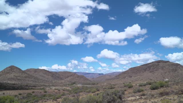 zeitraffer der wolken über trockensavanne buschland - afrikanische steppe dürre stock-videos und b-roll-filmmaterial
