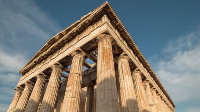 vídeos de stock, filmes e b-roll de timelapse das nuvens sobre o templo de hephaestus, zumbido para fora - atenas grécia