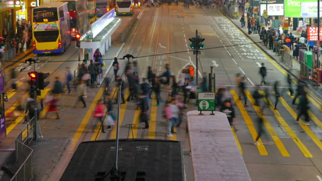 (tilt up) time-lapse of crowd and transportation in night time at causeway bay, hong kong. - центральный район стоковые видео и кадры b-roll