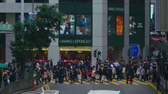 time-lapse of crowd crossing road at zebra crossing in hong kong. - центральный район стоковые видео и кадры b-roll