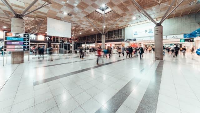 4k uhd zeitraffer von überfüllten passanten am messeeingang hall. internationale fachmesse expo event, gewerblichen tätigkeit oder geschäft messekonzept - konferenz stock-videos und b-roll-filmmaterial