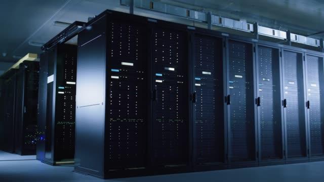 time-lapse av mörka datacenter med ljus leder flyger mellan flera rader av operativ server racks.concept av snabbt moderna världen med omedelbar överföring av information och dataflöden. - kryptering bildbanksvideor och videomaterial från bakom kulisserna
