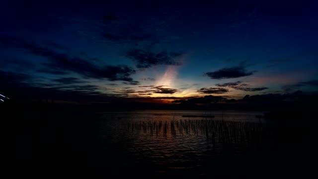 vídeos de stock e filmes b-roll de 4k timelapse of dramatic sky and clouds moving over mountain - linha do horizonte sobre terra