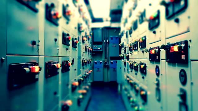 Timelapse de eléctricas distribución sala de panel interruptor eléctrico Industrial en planta y control de procesos con tono frío vintage industrial concepto. - vídeo